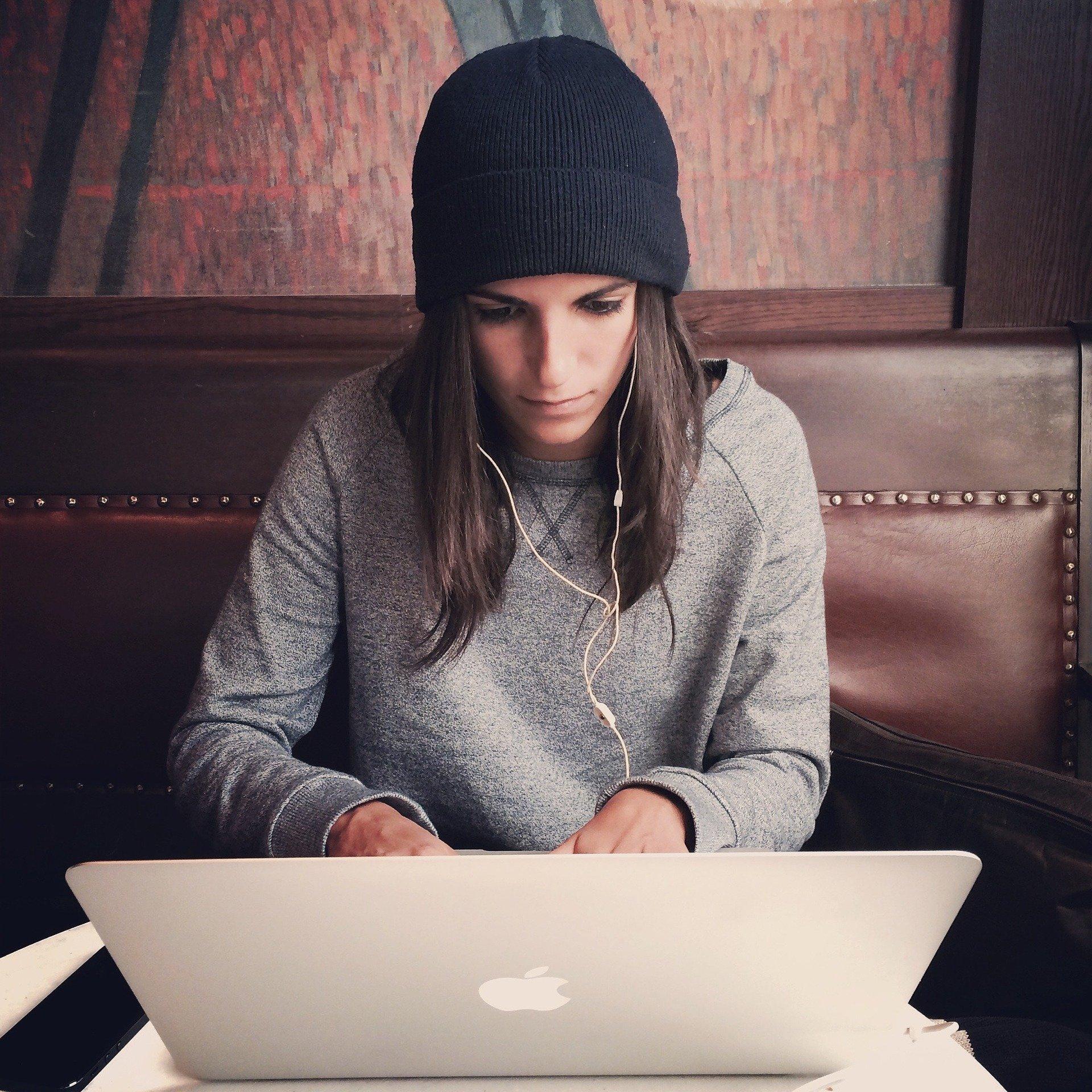 Ragazza che lavora con un notebook apple air