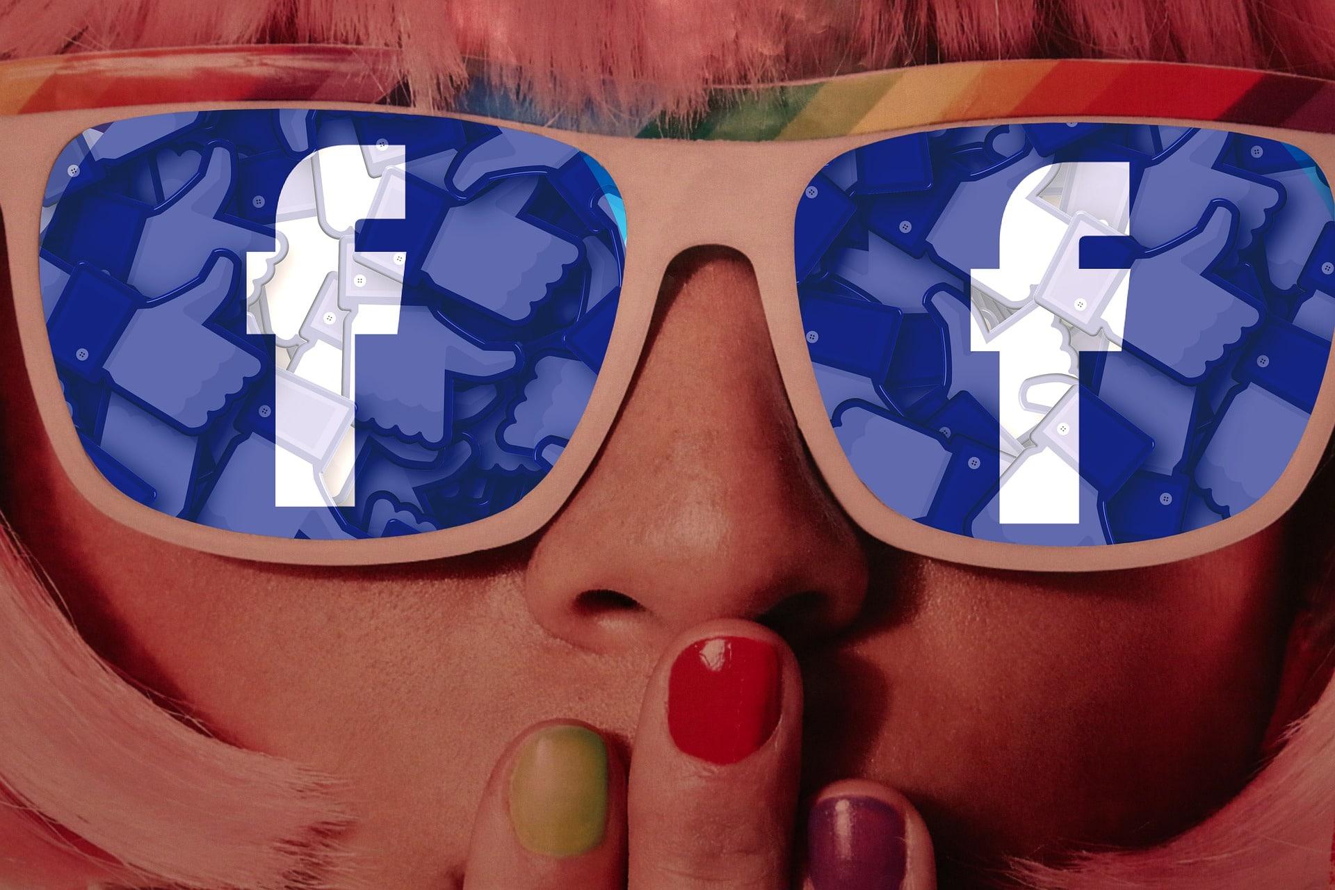 Ragazza bionda con occhiali Facebook